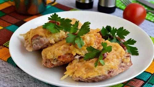 jak gotować mięso pod futrem w piekarniku