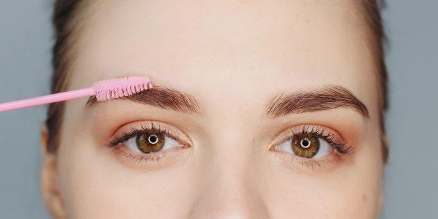 Jak zrobić piękne brwi: Za pomocą pędzelka zblenduj kredkę lekkimi pociągnięciami w górę