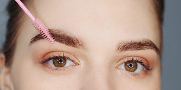 Jak zrobić piękne brwi: pomaluj środek i czubek brwi i ponownie zblenduj pędzlem