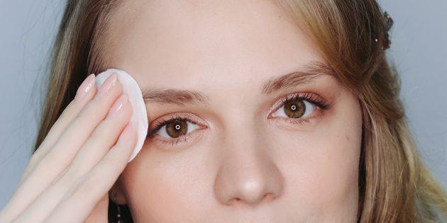 Po wymodelowaniu brwi przetrzyj skórę mleczkiem nawilżającym