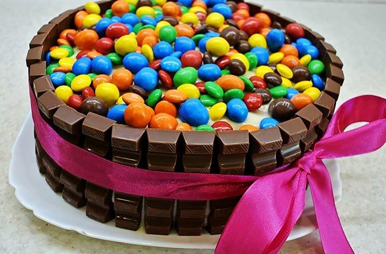 DIY tort dla dzieci z czekolady M&M's i Kinder - przepis krok po kroku ze zdjęciem