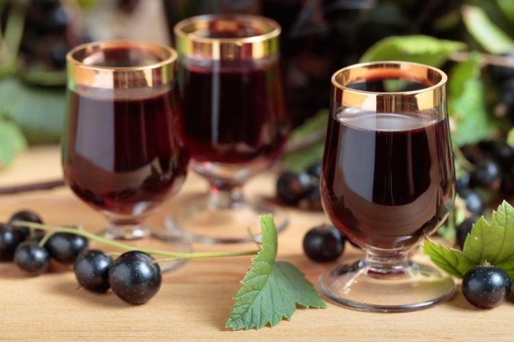 Klasyczne wino z czarnej porzeczki - przepis w domu