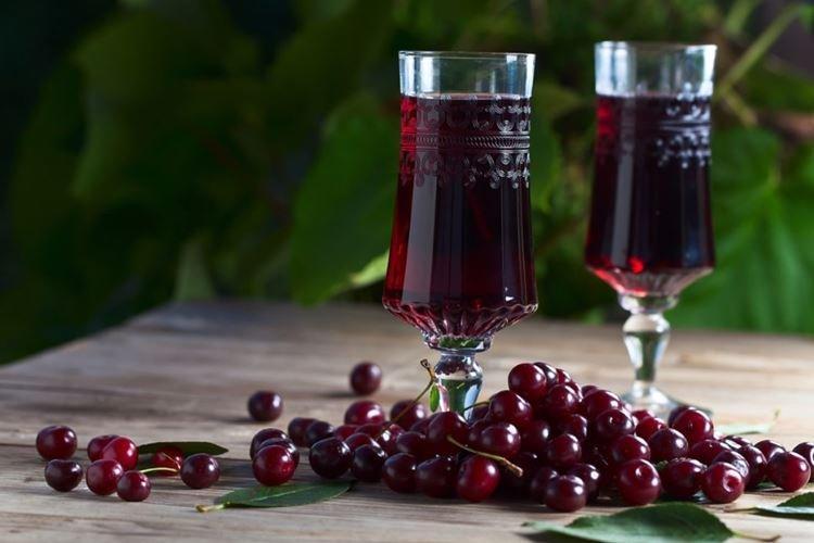 Wino z pestek wiśni - przepis w domu